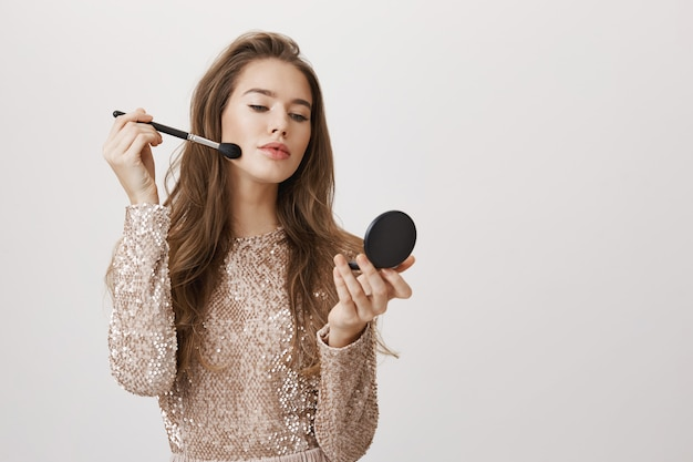 Olhar feminino mulher no espelho aplicar maquiagem