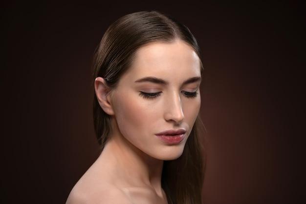 Olhar forte e abaixado fechar retrato sem maquiagem