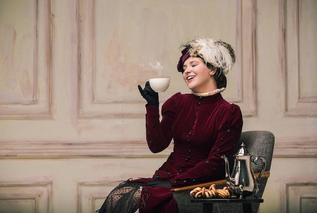 Olhar moderno retrato de mulher do período renascentista com uma xícara de chá