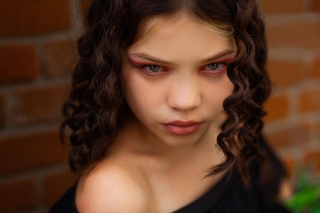 Olhar penetrante de uma bela jovem com maquiagem