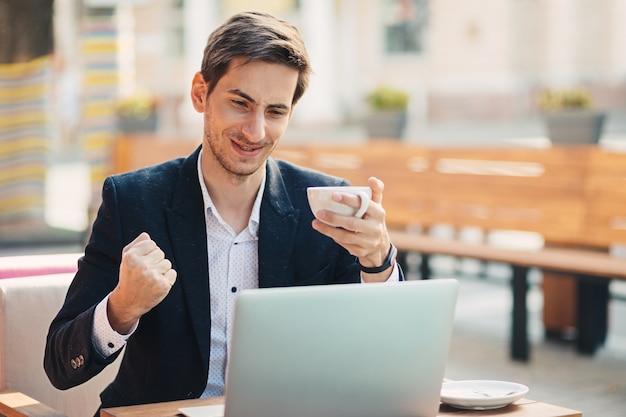 Olhar vencedor homem com laptop