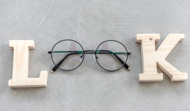 Olhe a palavra com vista aérea flatlay eyeglasses