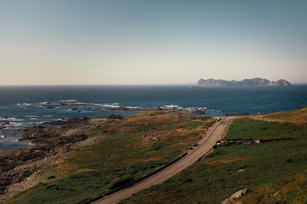 Olhe ao longe para as ilhas cies (illas cies) do continente da galiza.