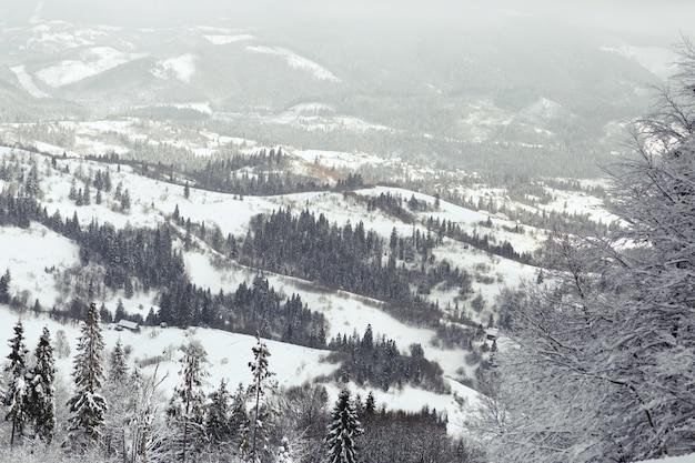 Olhe de cima em montanhas sonhadoras cobertas de neve