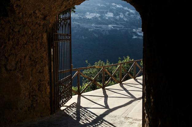 Olhe de fora nos portões para uma ótima paisagem