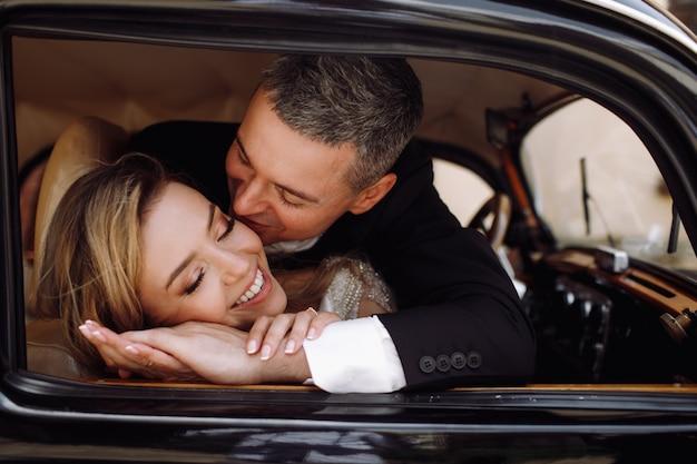 Olhe do lado de fora em adorável casal de noivos em vestido elegante