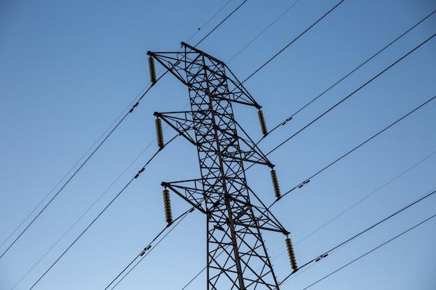 Olhe para cima alta tensão de torres de transmissão de energia.
