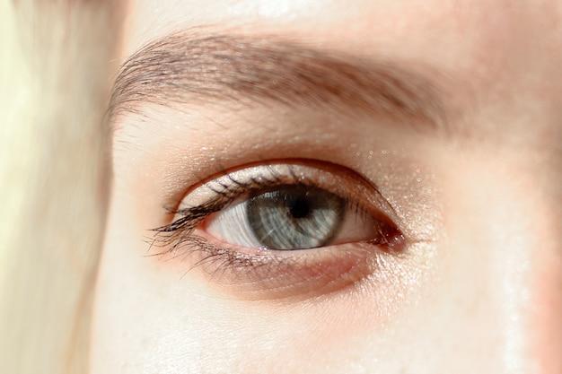 Olho aberto de uma jovem mulher, close-up tiro de beleza