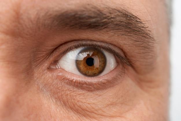 Olho aberto no rosto de um homem adulto com rugas