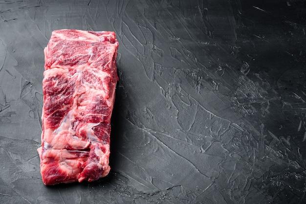 Olho de costela de carne crua de corte espesso conjunto de bife de lombo de carne orgânica em mármore, em mesa de pedra preta