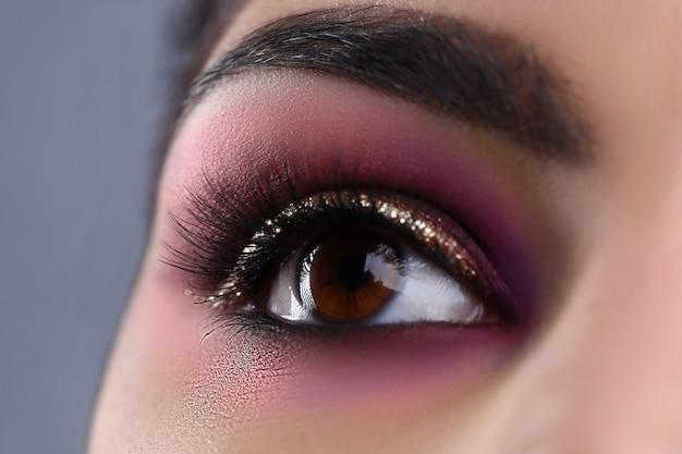 Olho de maquiagem da jovem mulher atraente