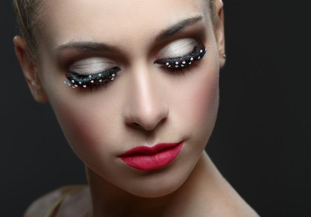 Olho de mulher bonita com cílios da moda.