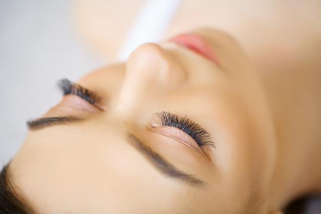 Olho de mulher com cílios longos. extensão dos cílios