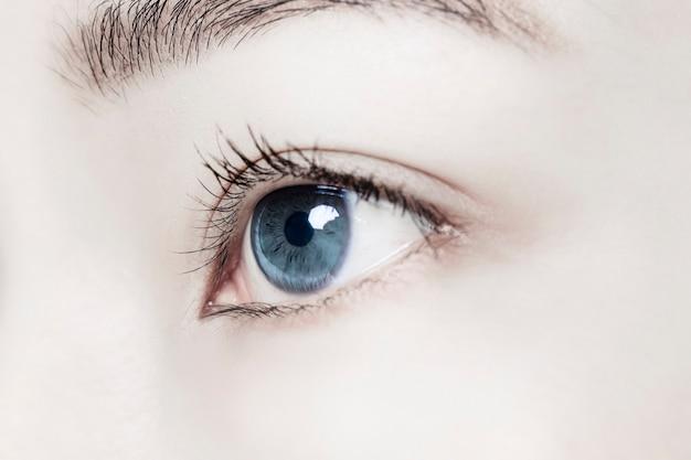 Olho de mulher com lente de contato inteligente