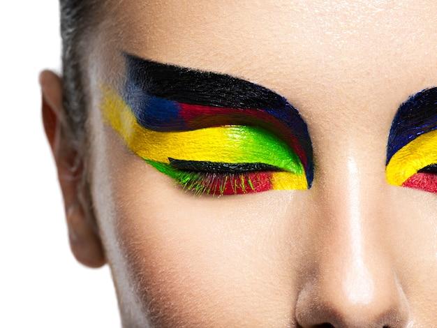 Olho de mulher com maquiagem de cores vivas. imagem macro