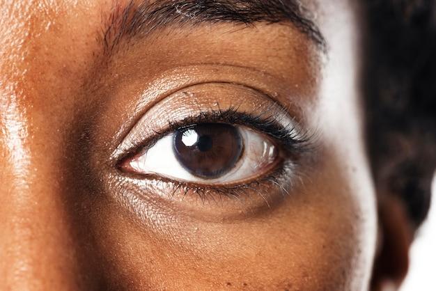 Olho de mulher com tecnologia futurista de lentes de contato inteligentes