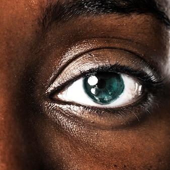 Olho de mulher com tecnologia inteligente de lente de contato intraocular Foto gratuita