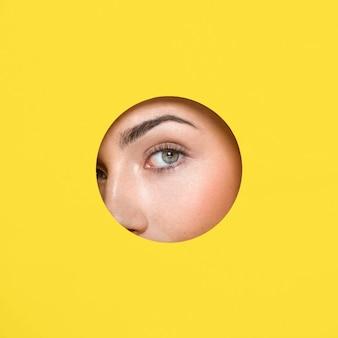 Olho de mulher rodeado de luz