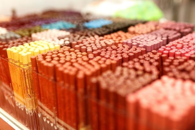Olho de sombras e sobrancelha definida na tabela pallete colorido.