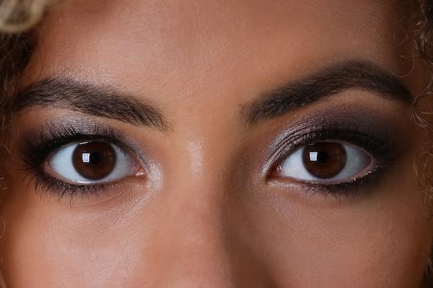 Olho de uma mulher negra tiro grande macro