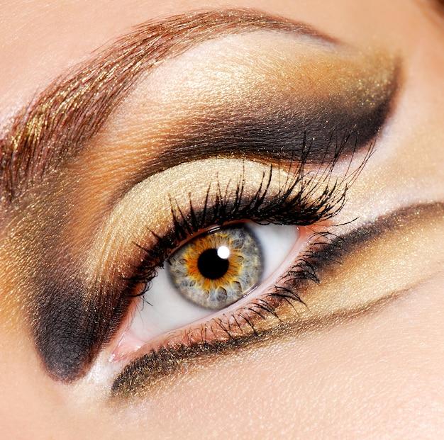 Olho humano de mulher com maquiagem colorida moderna e elegante