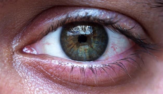 Olho verde de homem bonito