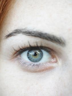 Olho verde de uma mulher acima