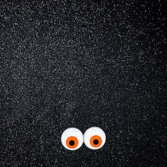 Olhos assustadores com espaço de cópia para texto