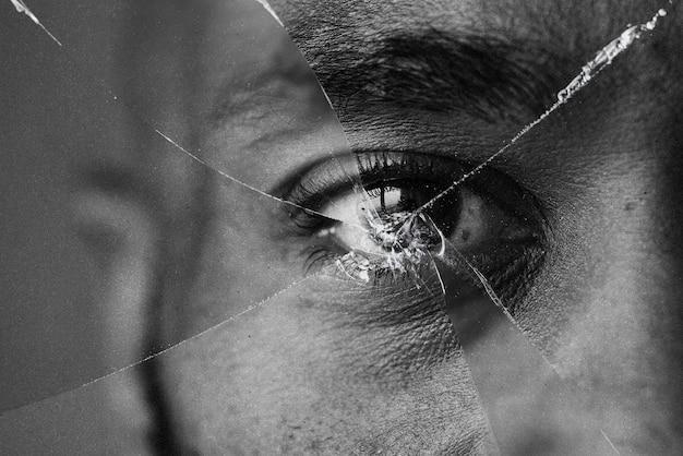 Olhos atrás de espelho quebrado