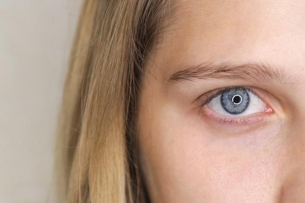 Olhos azuis e mulher de cabelos loiros