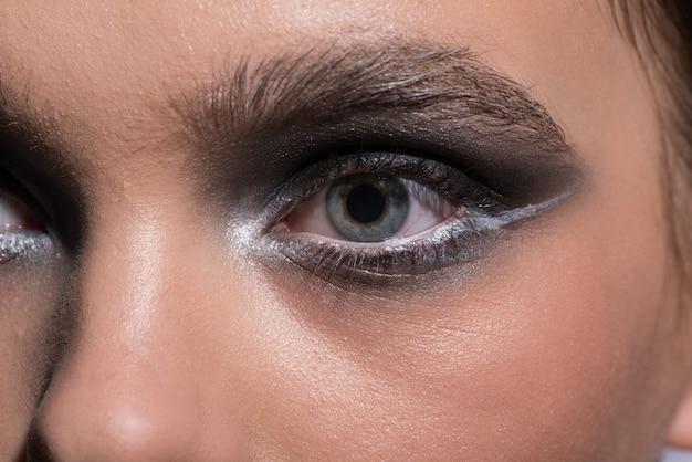 Olhos azuis femininos com maquiagem na moda moderna. fechar-se