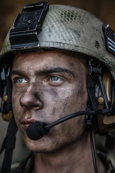 Olhos brilhantes de jovem soldado