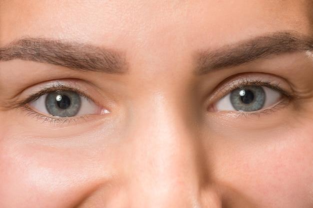 Olhos cinzentos de jovem e linda garota caucasiana