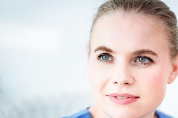 Olhos coloridos da cara bonita da mulher que olham com espaço para o texto