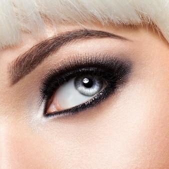 Olhos de mulher com maquiagem preta. imagem de estilo macro. cílios longos