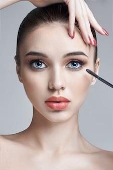 Olhos de pintura de mulher e cílios pincel para cílios