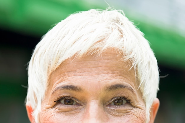 Olhos de uma mulher sênior