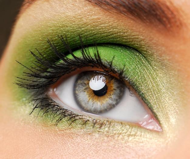 Olhos femininos com cor verde brilhante