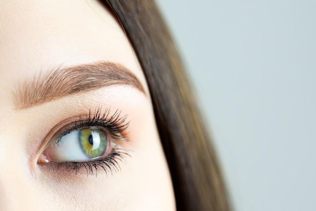 Olhos femininos com maquiagem close-up