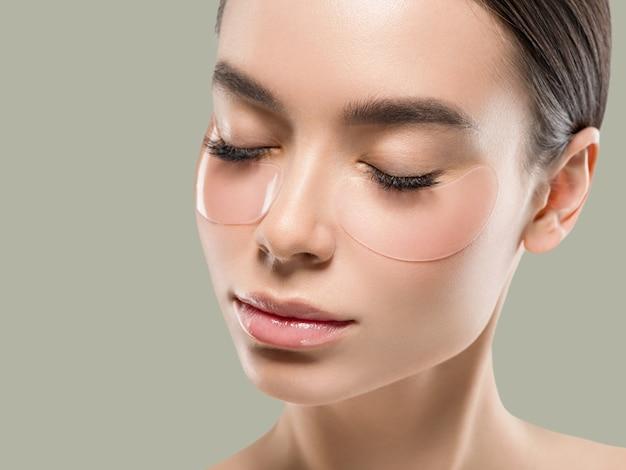 Olhos mascaram cosméticos de rosto de mulher asiática. cor de fundo. verde