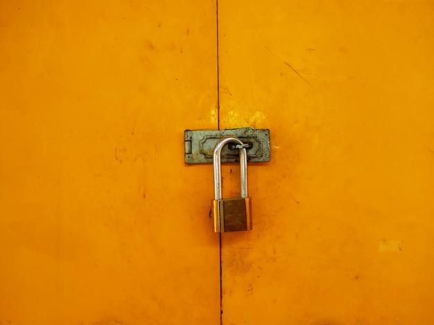 Oli fechadura com chave de porta em aço amarelo.