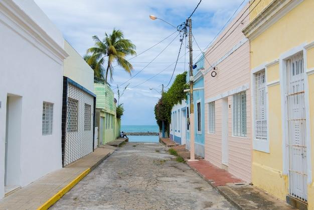 Olinda, pernambuco, brasil - 6 de junho de 2016: casas coloridas à beira-mar de olinda