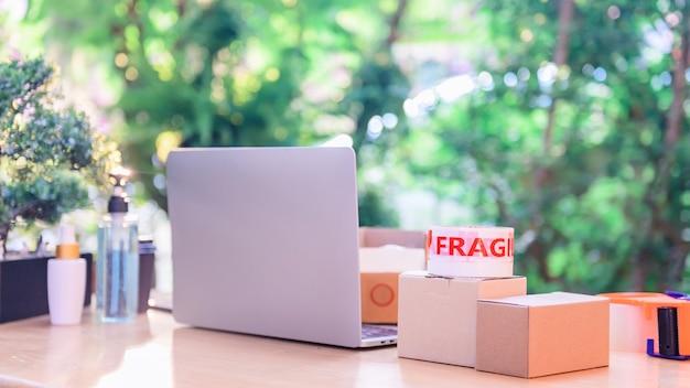 Oline compras e conceito de entrega em domicílio. bloqueio e auto-quarentena para o trabalho em casa. efeito de negócios e e-commerce de pmes da covid-19.