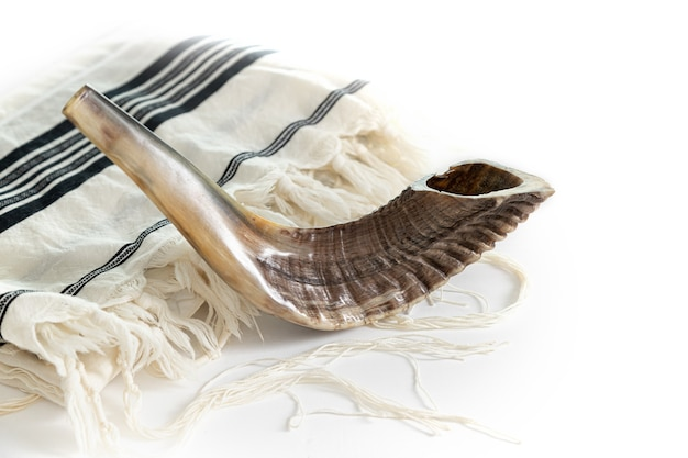 Ð om kippur. tallit, shofar em um fundo branco. isolado
