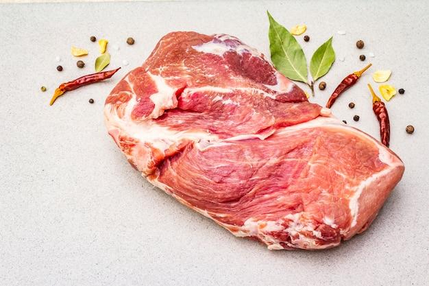 Ombro de porco fresco cru com especiarias