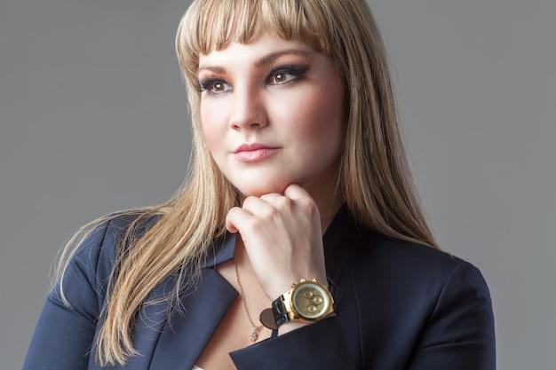Ombro retrato de mulher de negócios jovem, vestindo um terno.