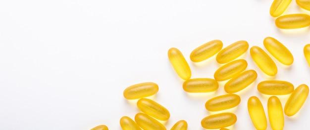 Omega 3 cápsulas óleo de peixe yellow softgels vitamina d, e, um suplemento conceito de cuidados de saúde banner
