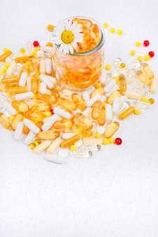 Omega, pílulas, cápsulas e vitaminas dispersas cuidados de saúde e suplementos nutricionais