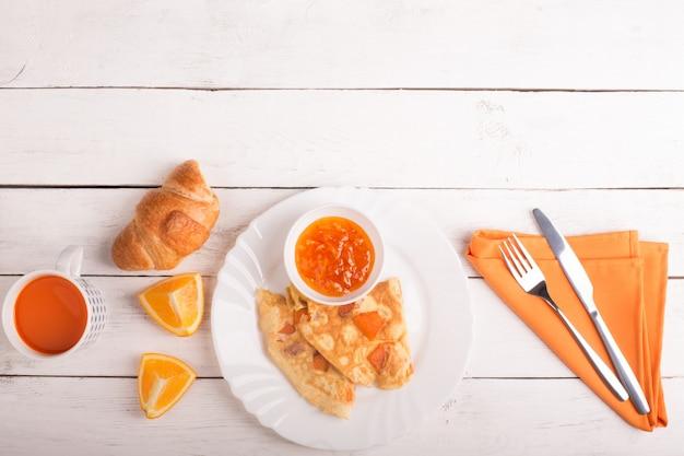 Omelete com abóbora, suco de cenoura e croissant