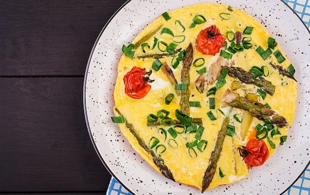 Omelete com aspargos e tomate no café da manhã
